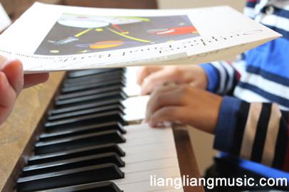 练琴时遮住钢琴琴键